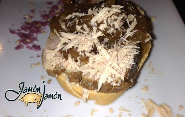 Pincho solomillo con foie + vino crianza